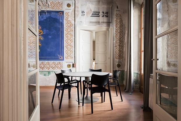 Vista del comedor de la Casa Casclar con mobiliairo de diseño