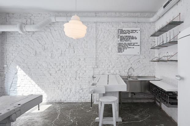 Wine Bar Dvojka, Praha. Interiorismo blanco.