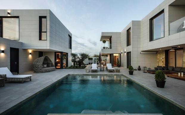 Casa prefabricada modular de Casas inHAUS con muebles de Momocca en Sevilla