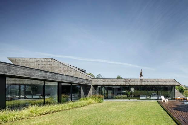 Casa dos Sobreiros. Vivienda unifamiliar en Portugal de 12.000 m2 fusionada con la naturaleza del entorno. Proyecto de Hugo Pereira Arquitetos.