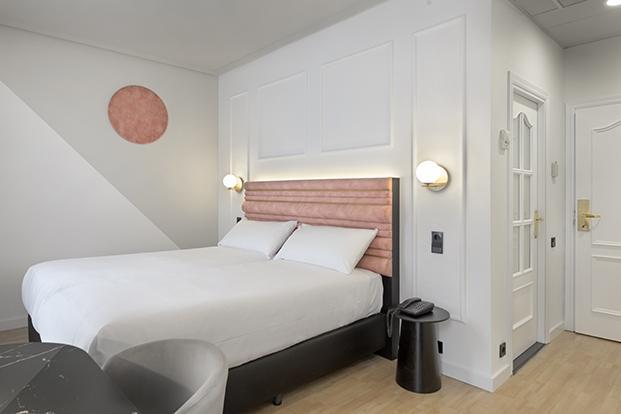 Otra de las habitaciones en las que se distingue la diagonal gris que camuflan las pantallas de absorción acústica
