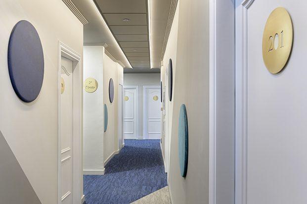En la planta de las habitaciones, el interiorismo cambia la gama cromática para aportar confort y calma