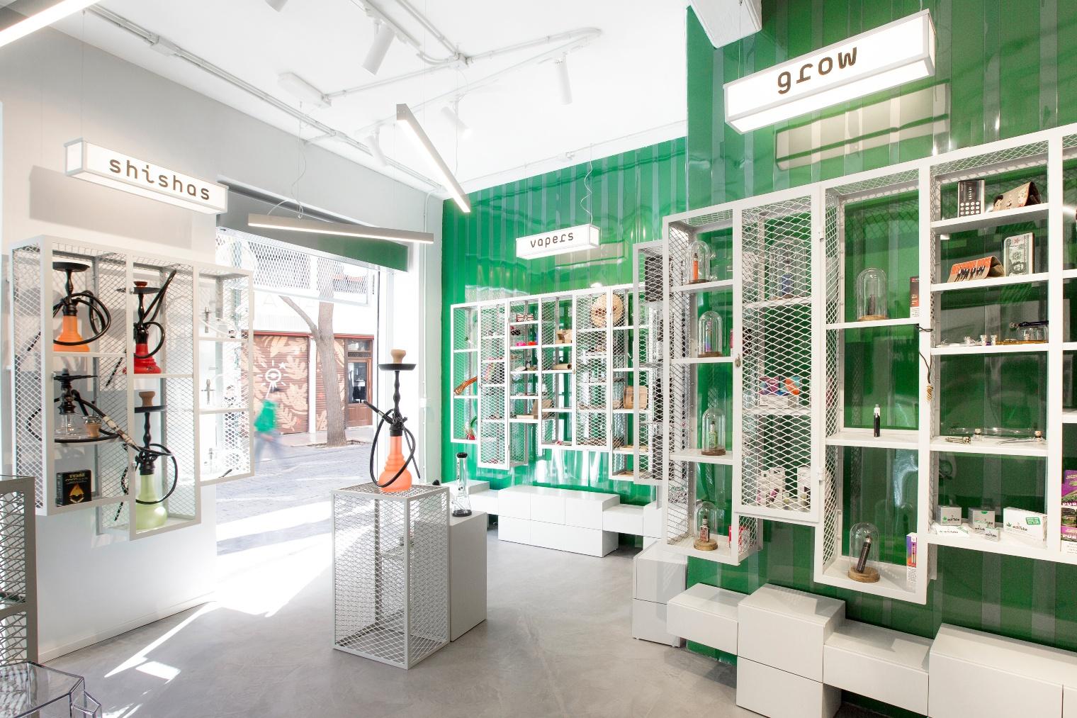 El estudio multidisciplinar Isho Design es el responsable del diseño de Mari del Carmen, un local comercial de artículos para fumadores.