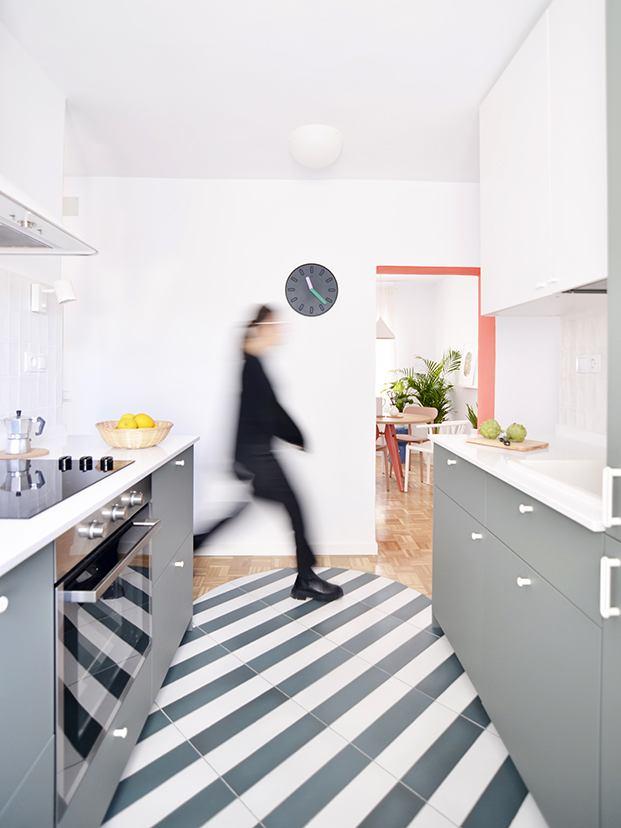 La cocina con el suelo de baldosas cerámicas