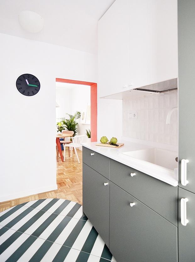 La cocina combina distintos tonos de gris