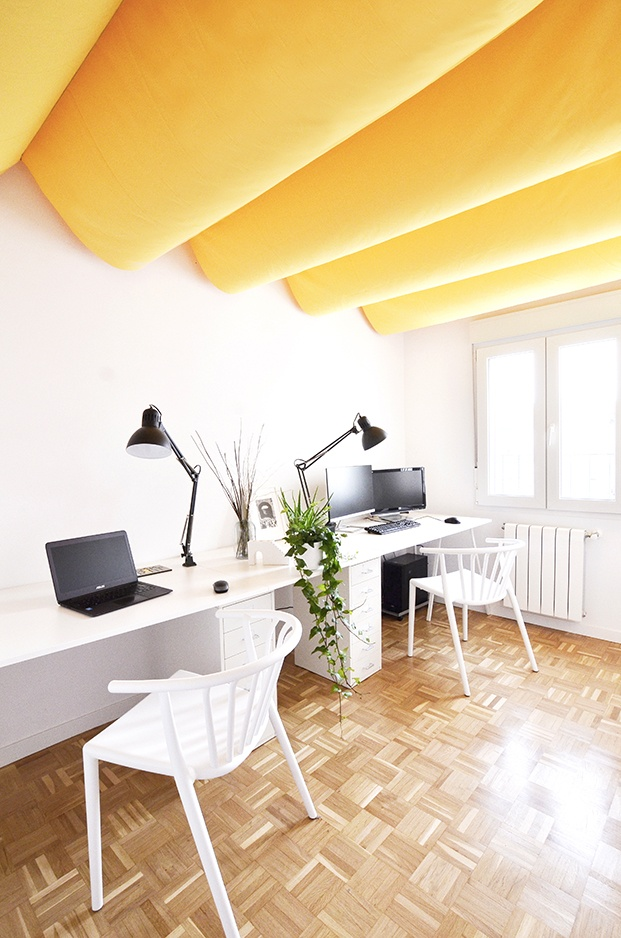 El espacio de trabajo, con mobilirio y lámpras de Ikea y dos sillas de Sklum