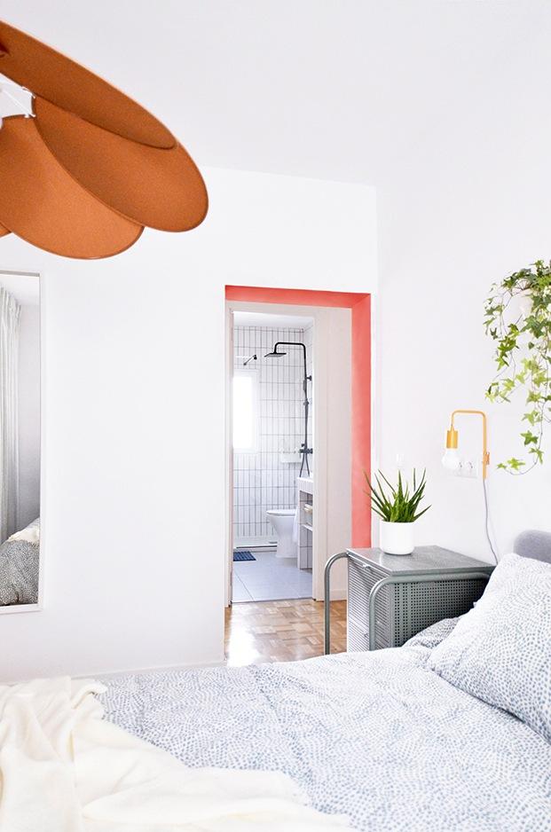 Al otro lado del pasillo, enfrente del dormitorio, se encuentra el cuarto de baño.
