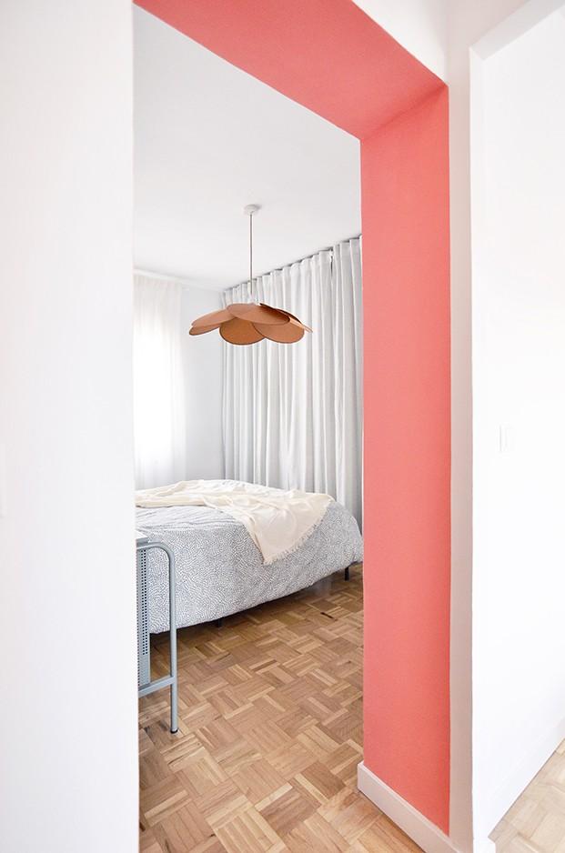 El dormitorio es multifunción. La lámpara es de Sklum, el resto de muebles y ropa de cama de Ikea