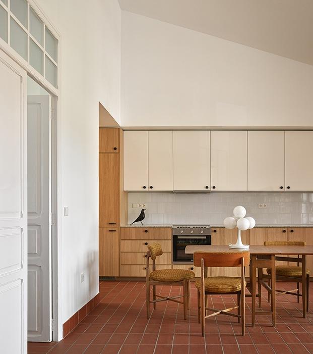 Vista de el comedor y la cocina. Las puertas conducen a la zona privada