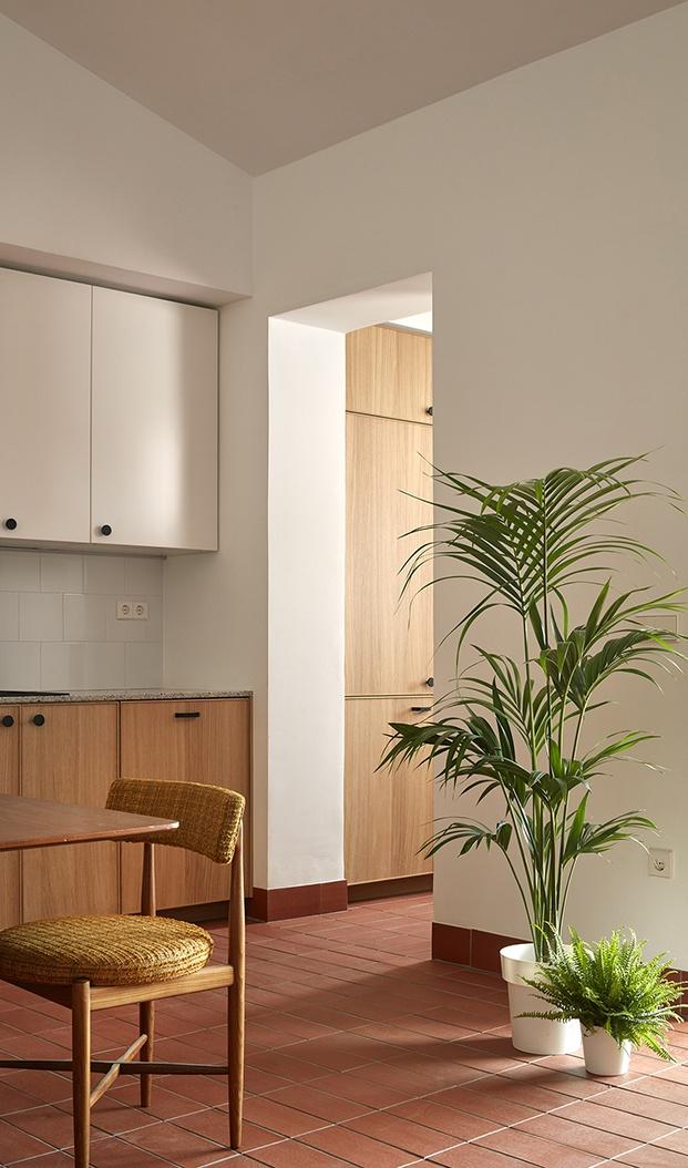 Desde la cocina, un pasillo, con zona de almacenaje conduce al cuarto de baño