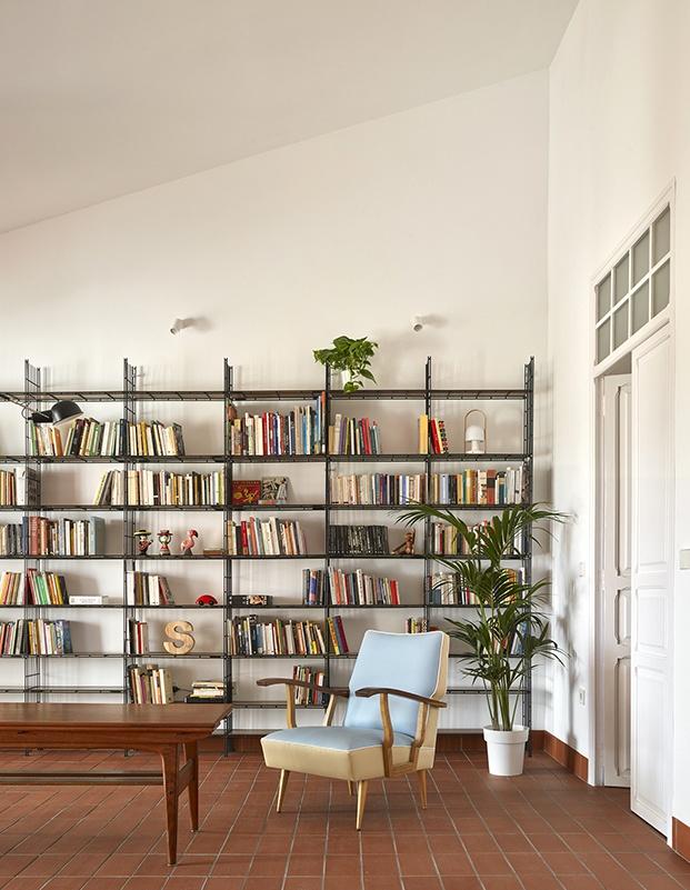 La librería retro es la gran protagonista de la casa de una escritora