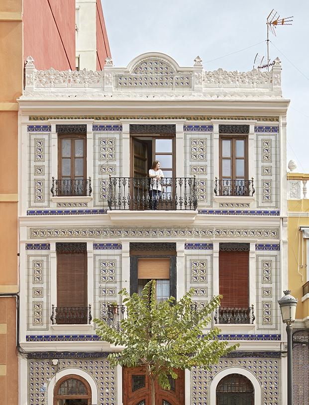 fachada revestida con azulejos en El Cabanyal