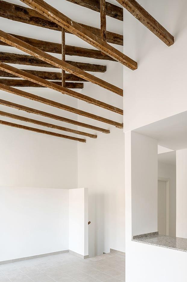 Vista de la escaleta valenciana que se ha dejado a la vista. El proyecto juega con la geometría y las perspectivas