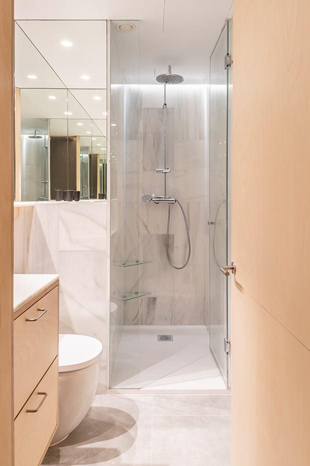 Uno de los baños, revestido en marmol blanco de Macael