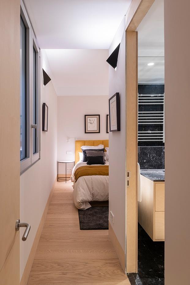 Vista del dormitorio pirncipal y su cuarto de baño, en la parte interior que da a uno de los patios de la casa