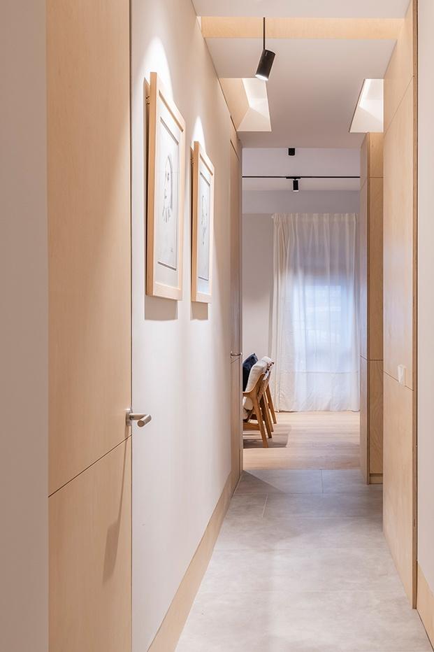La casa esta cruzada por pasillos que se iluminan con lucernarios y focos de luz indirecta