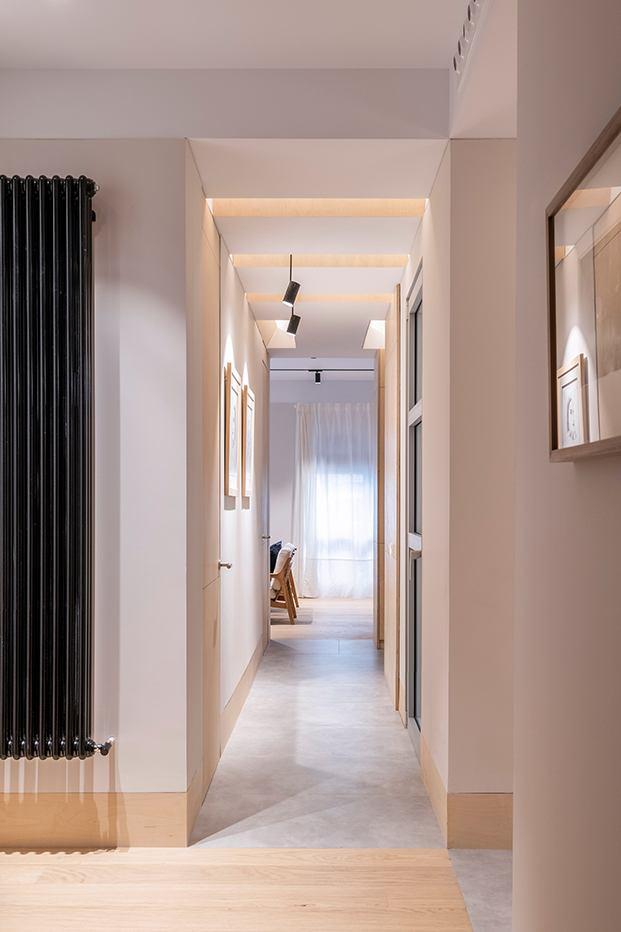 VIsta de uno de los pasillos de la antigua oficina convertida en vivienda por el estudio MINIMO