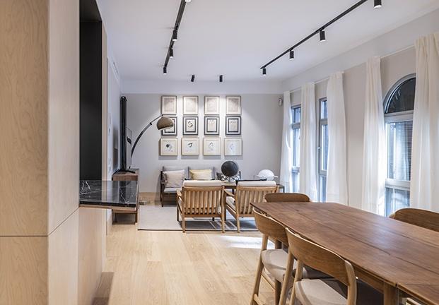 Una gran sala acoge el comedor, el salón y la cocina, está iluminada por cinco vetanas en forma de arco de mediopunto