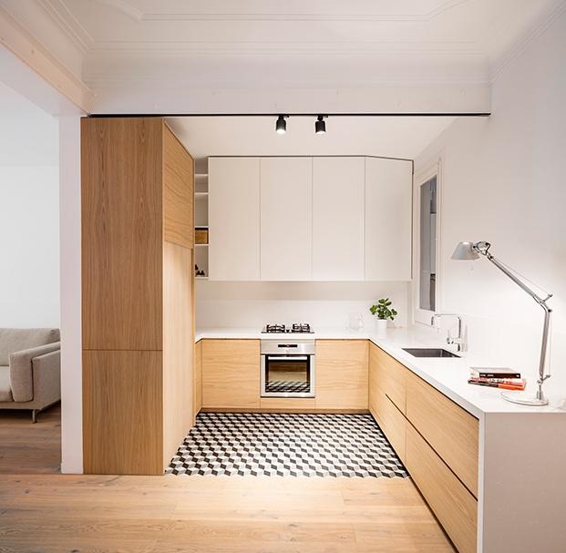 La cocina se encuentra a continuación del salón, ya que el propietario no deseaba integrarla