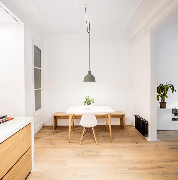 Vista del comedor situado junto al salón y frente a la cocina de este pequeño piso en Barcelona
