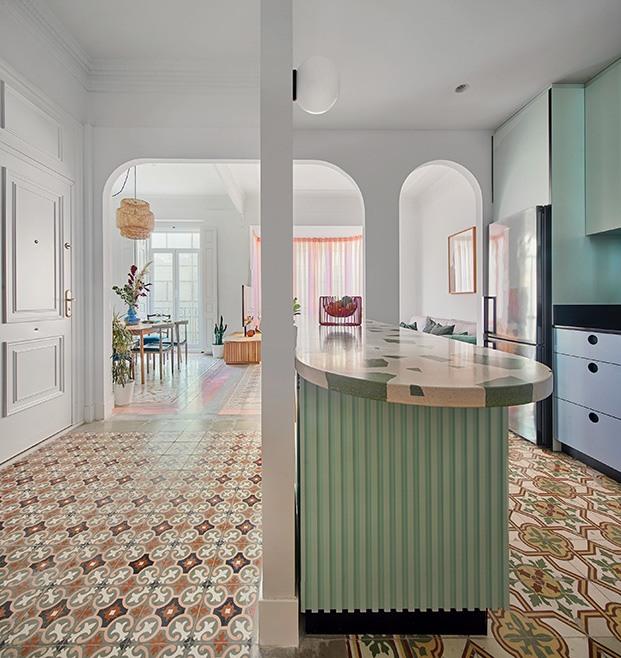 Detalle del pavimento hidraúlico y de la cocina con su isla hecha a medida con encimera de Huguet Mallorca