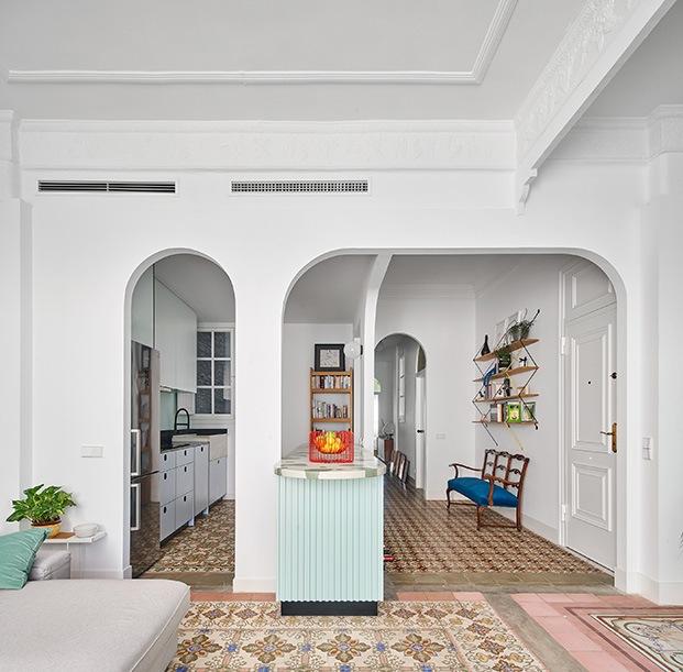 Desde la zona de estar vista de la cocina y la sucesión de arcos que conducen a la zona de dormitorio y baños.