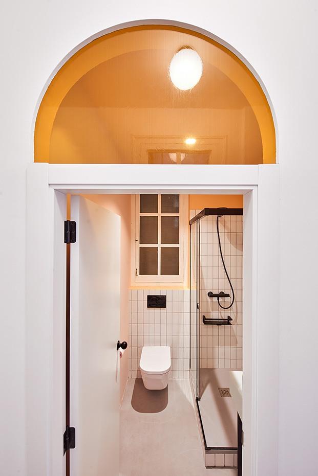 Los cristales fijos sobre las puertas dejan que la luz fluya a los baños
