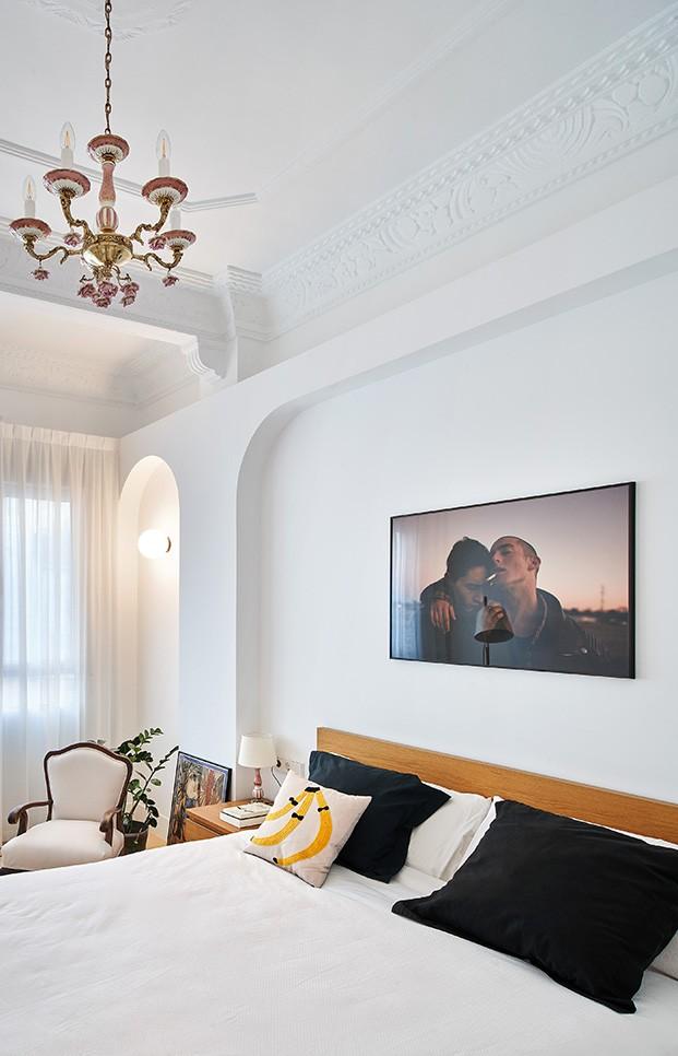 El dormitorio de la parea en un blanco relajante