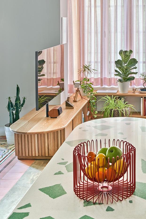 El mobiliario de formas curvas y estética retro diseño de Bodegon Cabinet contribuye a recuperar la esencia del antiguo piso en Valencia.