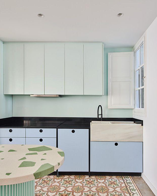 Vista de la cocina que recupera los colores originales del antiguo piso en Valencia