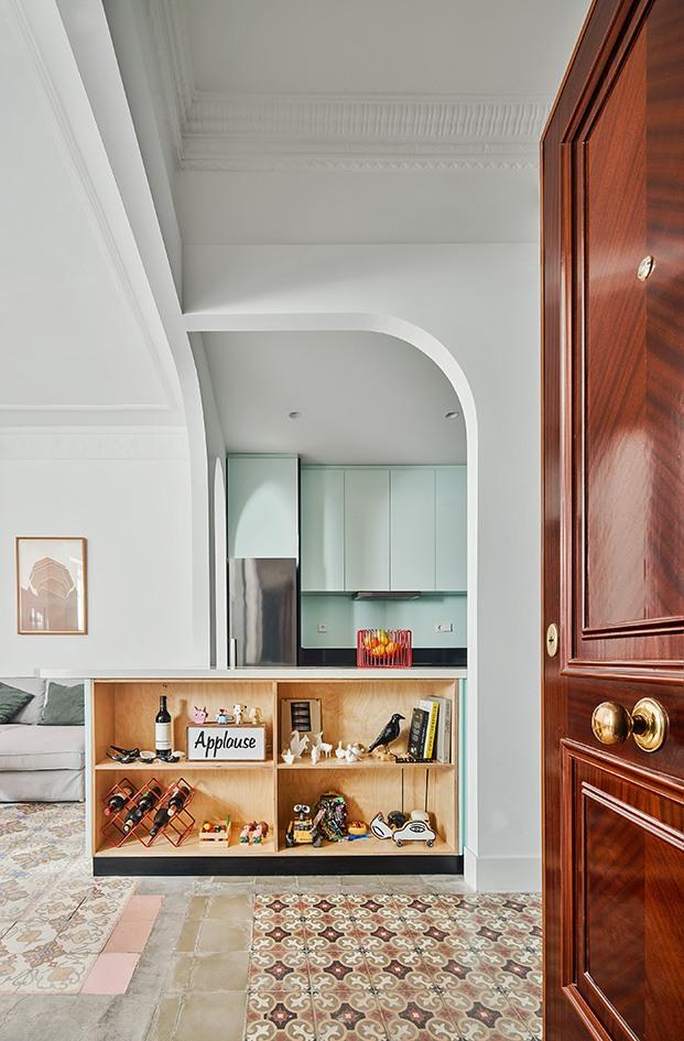 Vista desde la entrada de la cocina, y el salón, todo se ha incluido en el mismo espacio. El pavimento hidraúlico se ha recuperado