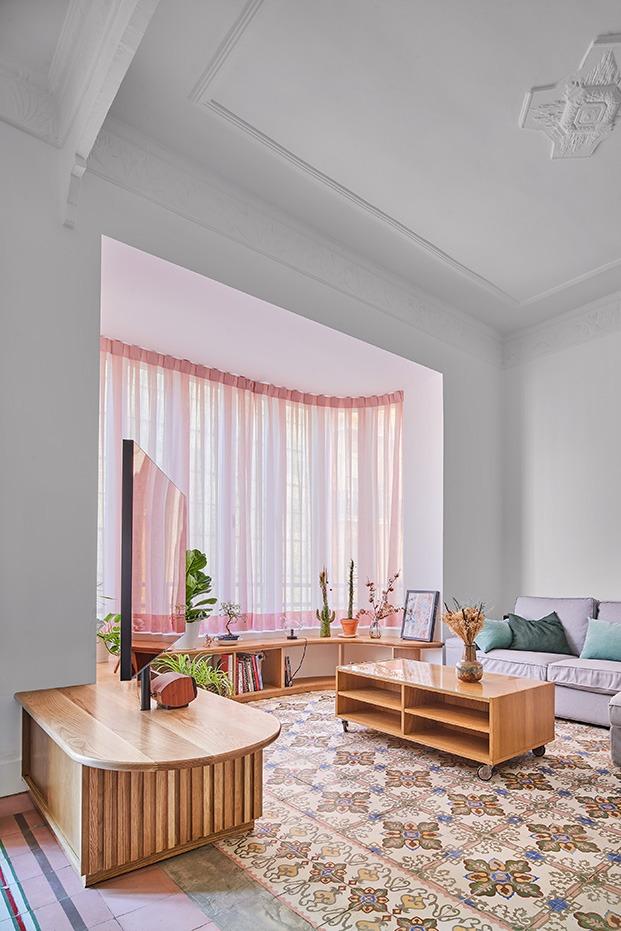 Zona de estar del salón en el que destacan los tonos originales y el pavimento hidraúlico recuperado