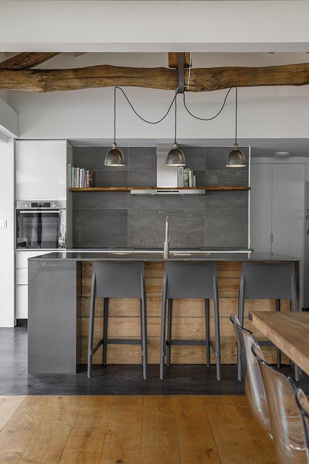 Casa da Calçada es una residencia particular con villa para huéspedes, una imponente escalera de caracol y un salón comedor conectado con la naturaleza.