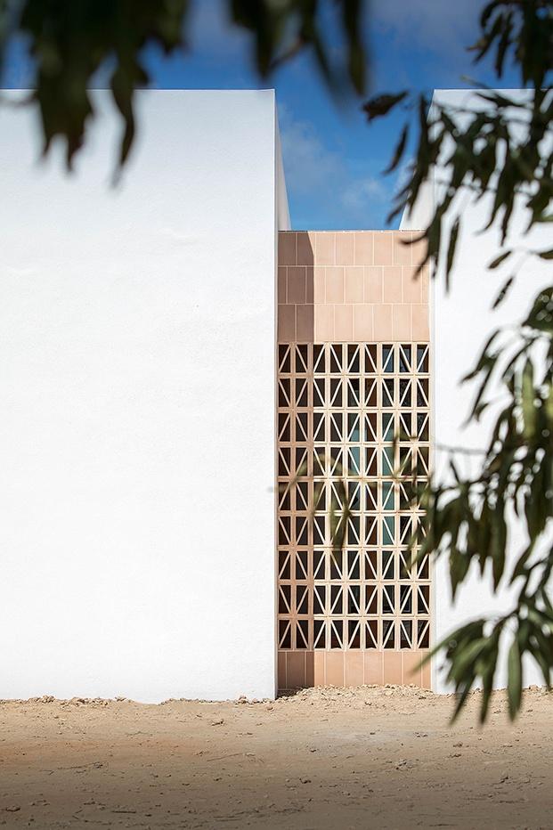 Vista de la celosía de cerámica que comunica los espacios y sirve de ventilación a la pequeña vivienda