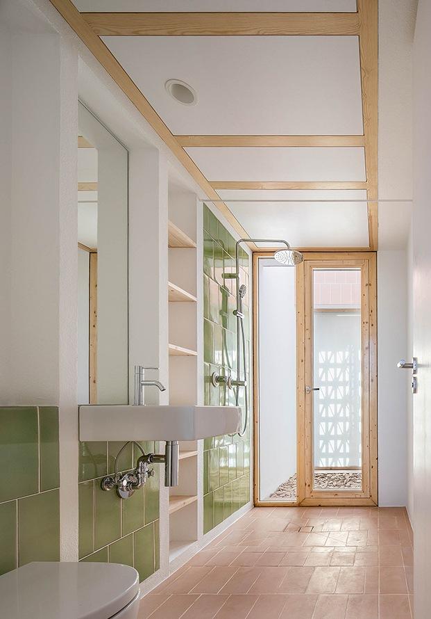 Top 10: diez baños modernos para coger buenas ideas. Cerámica verde y baldosín catalán