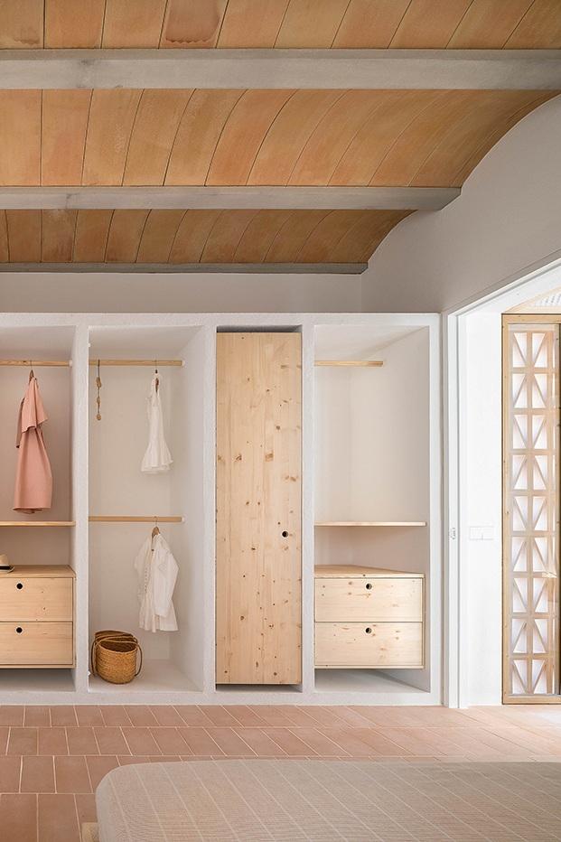 En el domitorio, armarios realizados a medida e integrados en la arquitectura