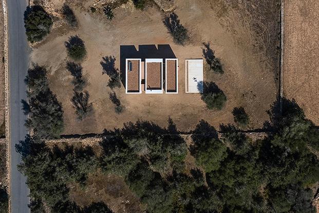 Vista aéresa de la casa de campo construida en tres volúmenes, el cuarto alberga el aljibe que la abastece de agua