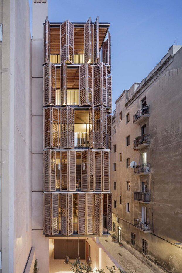 Fachada con persianas de madera, corrugadas y lamas orientables
