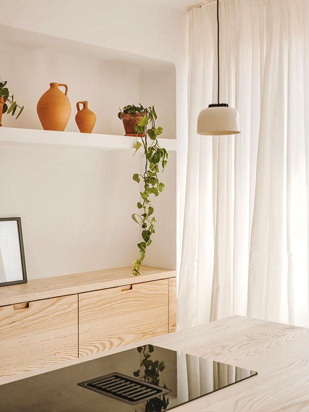 Una lámpara de Santa & Cole ilumina la cocina de Vasi y Serra
