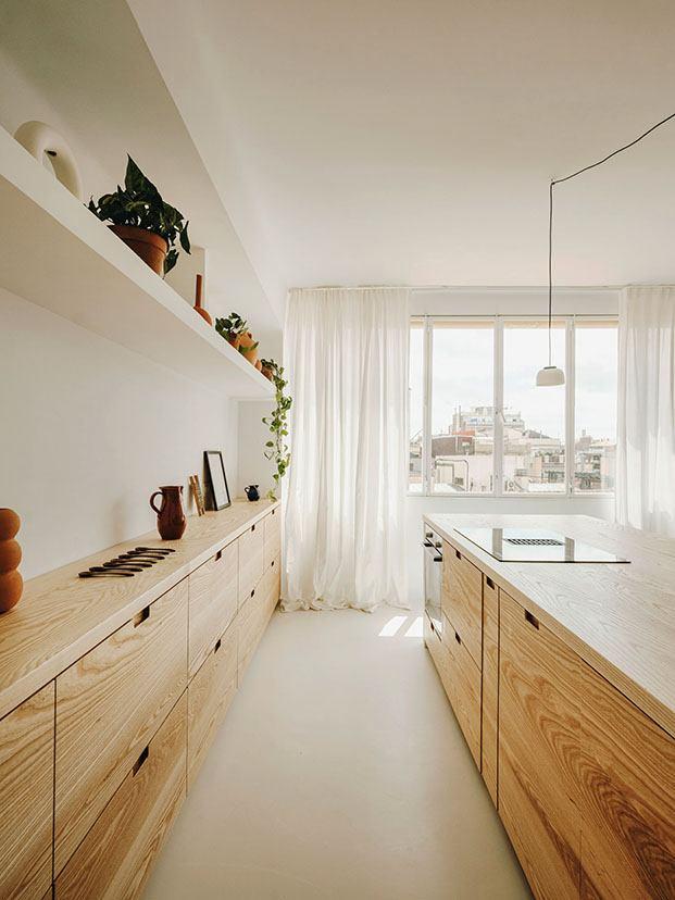 Detalle de la cocina con los muebles de madera de fresno diseñados a medida