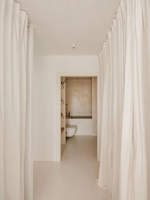 Vista del cuarto de baño, todo en microcemento blanco