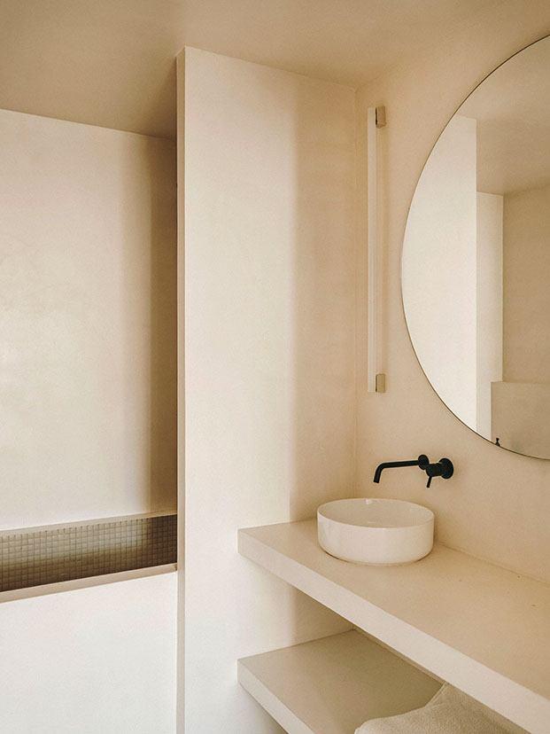Vista del cuarto de baño de la pareja Serra & Vasi con los muebles de obra y la bañera revestida en gresite