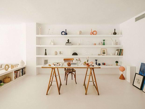 El interiorista Isern Serra ha diseñado la zona de estudio de su pareja Valeria Vasi en su casa de Barcelona