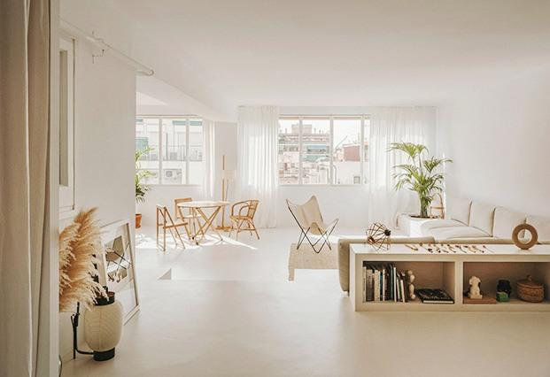 Desde el estudio de la casa de Valeria Vasi e Isern Serra vista de la zona de estar, situada en  un nivel más bajo