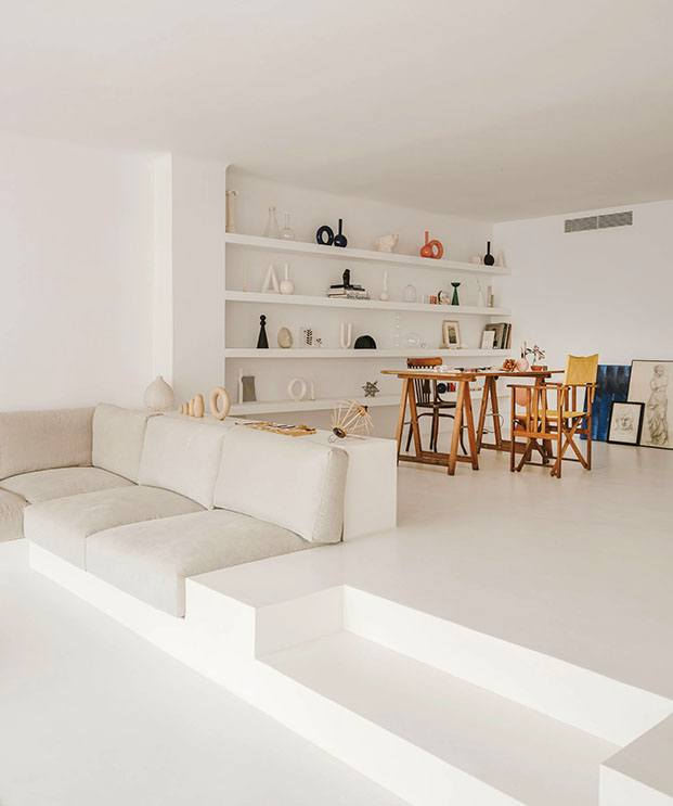 Un sofá de obra conecta el salón con el estudio de Valeria Vasi