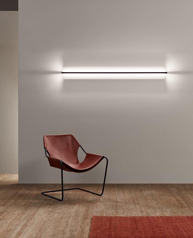 La luz de Kontur con el cilindro opalino de vidrio soplado a mano produce una luz cálida que ilumina 360º