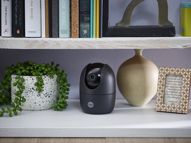 Smart Home. Casa inteligente con la cámara Indoor Wi-Fi Pan & Tilt de Yale