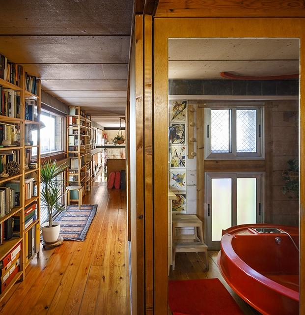 Todos los espacio, incluido este baño con yacuzzi, rojo, tienen vistas al exterior y el jardín