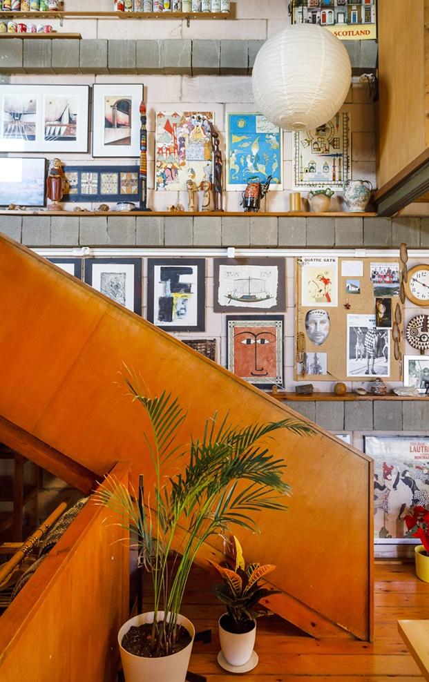 Escañeras de madera y una vista de la acumulación de objetos en la casa Mas-Ram de Soldevila