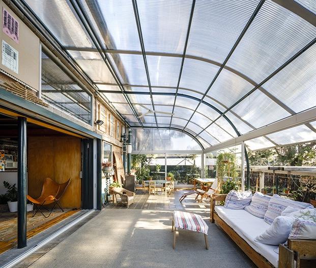 Una pérgola de policarbonato cubre la terraza de la casa y recoge el sol. La casa es un ejemplo de sostenibilidad y eficiencia energética